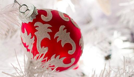 Kerstbal in de sneeuw - Cc Brianjmatis - Flickr