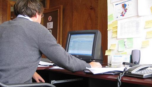 Man op kantoor - Cc fieldtripp - Flickr