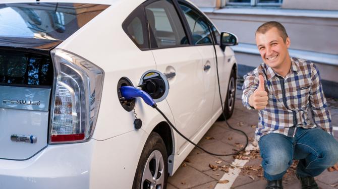 Geniale Truc Man Laadt Zijn Elektrische Auto Op Via