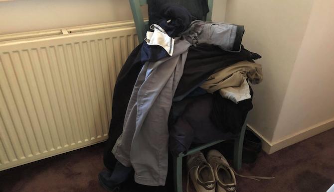 man heeft nog vage herinnering aan stoel onder stapel kleren in slaapkamer