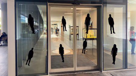 Glazen deur heeft stickers zodat er geen mensen tegenop lopen