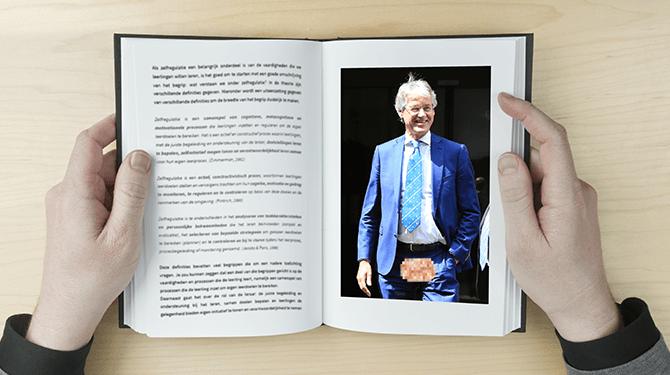 Slob in schoolboek afgebeeld zonder testikels